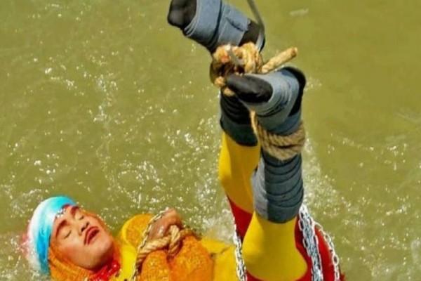 Σοκ στην Ινδία: Μάγος έπεσε δεμένος σε κλούβα μέσα σε ποτάμι για να δείξει πως μπορεί να λυθεί και τελικά... πνίγηκε!
