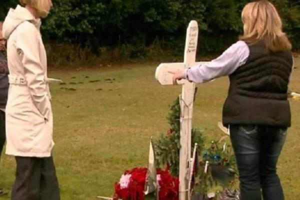 Μητέρα επισκέφτηκε τον τάφο του γιου της. Όταν είδε μια μυστηριώδη γυναίκα να πλησιάζει…