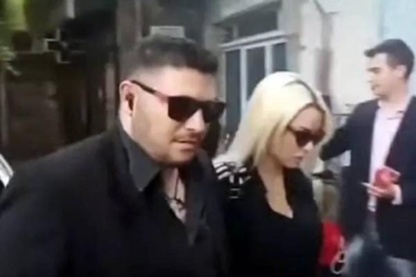 Κηδεία Πάνου Ζάρλα: Ράκος η Στέλλα Μιζεράκη! Δεν μπορεί να κρατηθεί όρθια