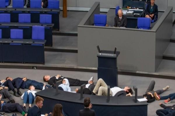 Ακτιβιστές διέκοψαν την ομιλία του Σόιμπλε και έπεσαν «νεκροί» στο πάτωμα! (Video)