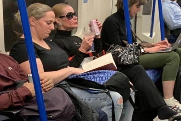 Μία γυναίκα έπινε το ποτό της σε ποτήρι...στο μετρό! (Photo)