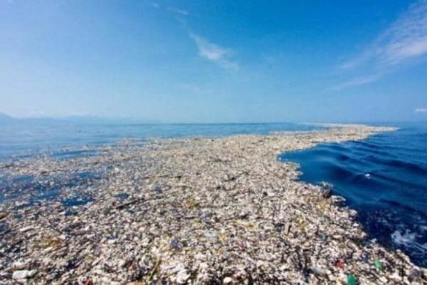 Τραγικό: Σκουπίδια από πλαστικό  δημιούργησαν ένα νησί στη Μεσόγειο και ένα βουνό στο Νέο Δελχί!