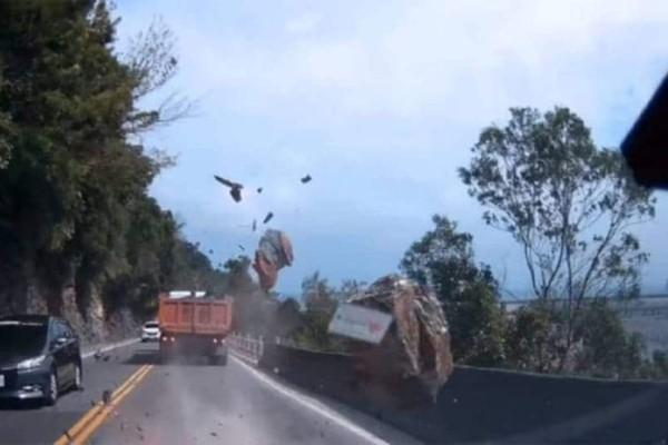 Σοκαριστικό περιστατικό καταγράφηκε σε βίντεο! Κατολίσθηση βράχου παραλίγο να καταλήξει σε τραγωδία!