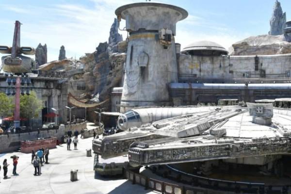 To Star wars προσγειώθηκε στη Disneyland (photos)