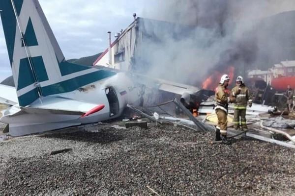 Αναγκαστική προσγείωση αεροσκάφους: 2 νεκροί και 19 τραυματίες!