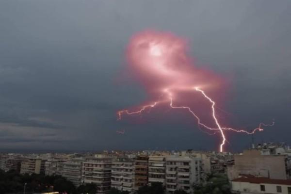 Κεραυνός έπεσε πάνω σε σπίτι στη Θεσσαλονίκη! (Video)