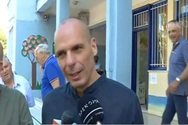 Ψήφισε ο Βαρουφάκης: «Συγχαρητήρια σε όλους τους πολίτες που σηκώνονται από τον καναπέ τους και πηγαίνουν να ψηφίσουν»
