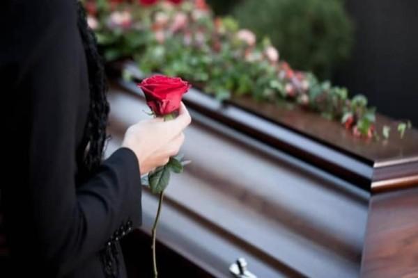 Ο άνθρωπος που διακόπτει κηδείες και διαβάζει τα μυστικά των νεκρών στους συγγενείς...