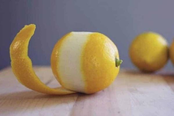 Θα πάθετε πλάκα μόλις δείτε τι θα συμβεί αν βάλετε μία φλούδα λεμονιού στο πλυντήριο πιάτων!