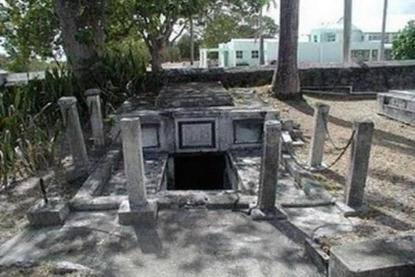 Σε αυτόν τον τάφο τα φέρετρα κουνιούνται μόνα τους!