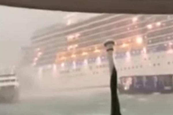Τραγικές εικόνες: Επιβάτες πηδούν από πλοίο για να σωθούν (Video)