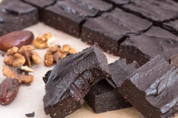 Σοκολατένιο γλυκό ψυγείου με χουρμάδες και καρύδια σε 10 λεπτά (video)