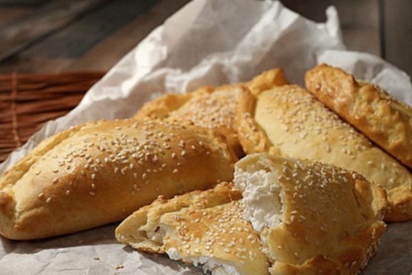 Εύκολη και σπιτική τυρόπιτα - έτοιμη σε μόνο 10 λεπτά!