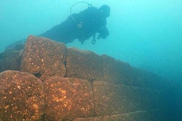 Aρχαιολόγοι ανακάλυψαν κατεστραμμένο ναό σε βυθισμένη πόλη της Αιγύπτου (photos)