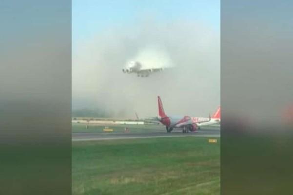 Εντυπωσιακό βίντεο: Αεροσκάφος ξεπροβάλλει ξαφνικά μέσα από πυκνό σύννεφο και προσγειώνεται