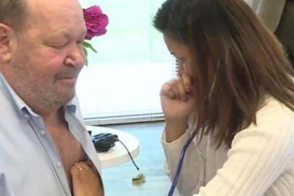 Συγκινητικό: Γυναίκα καταρρέει ακούγοντας την καρδιά του συντρόφου της να χτυπάει σε έναν άλλο άνδρα! (Photos)
