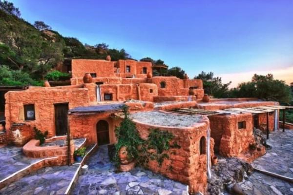 Απίστευτο: Αυτό είναι το σπίτι από πέτρα και χώμα... που κάνουν ουρές οι τουρίστες!