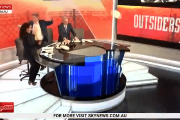 Αδιανόητο: Σε εκπομπή στην Αυστραλία χορεύουν και σπάνε πιάτα για τον Μητσοτάκη!