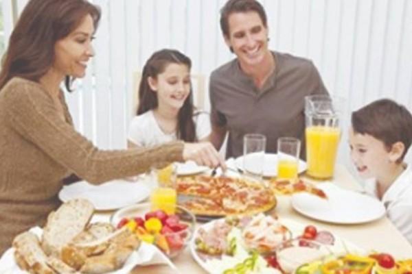 Μια oικογένεια κάθεται στο τραπέζι για το βραδινό φαγητό: Το ανέκδοτο της ημέρας (12/07)!