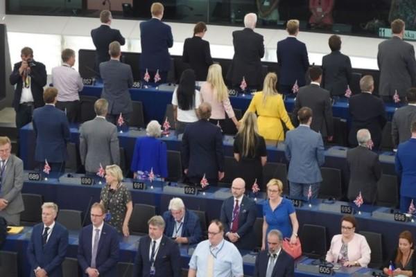 Ευρωβουλευτές γύρισαν πλάτη στον Ευρωπαϊκό ύμνο! (Video)