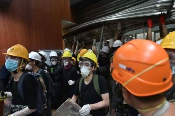 Χονγκ Κονγκ: Δεκάδες διαδηλωτές εισέβαλαν στο Κοινοβούλιο!