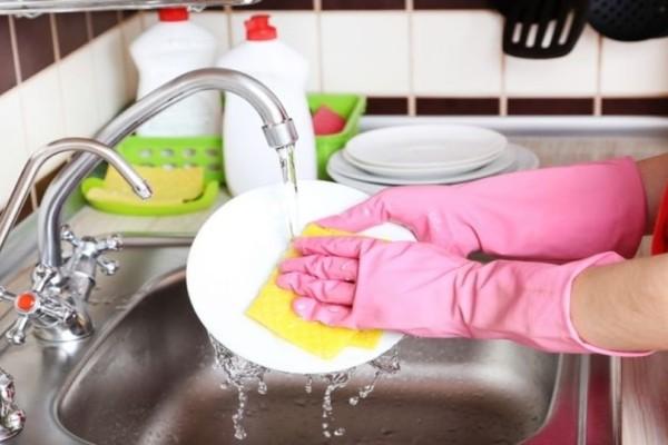 Αυτά είναι τα σίγουρα λάθη όταν πλένετε τα πιάτα στο χέρι!