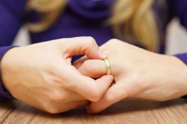 Μπέζος: Ολοκληρώθηκαν οι διαδικασίες του διαζυγίου με τη σύζυγό του!