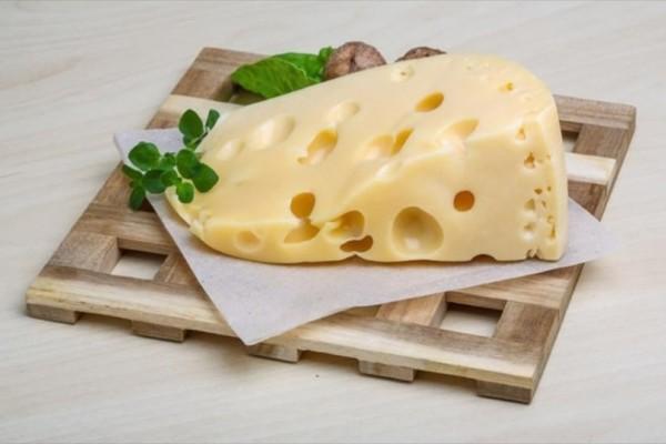 Λύθηκε το μυστήριο με τις τρύπες στο ελβετικό τυρί!