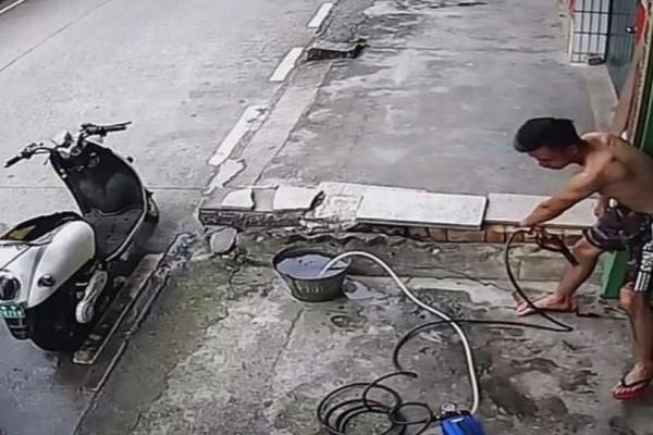 20 δευτερόλεπτα τρόμου - Έπαθε ηλεκτροπληξία ενώ καθάριζε την μηχανή του! (Video)