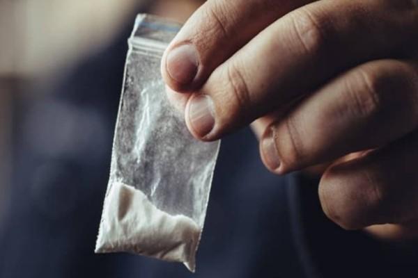 Έκρυβε μισό κιλό κοκαΐνη κάτω από το περουκίνι! (Photo)