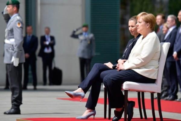 Μέρκελ: Καθιστή για να μην φανεί το τρέμουλο!