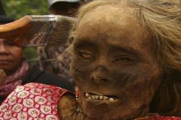 Το χωριό που οι κάτοικοι βγάζουν βόλτα τους... νεκρούς τους κάθε τρία χρόνια! (photos)