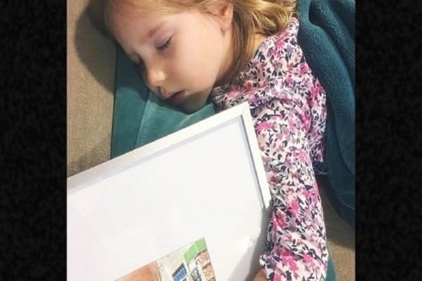 Όταν η μαμά της την βρήκε να κοιμάται αγκαλιά με μια κορνίζα, ξέσπασε σε λυγμούς! Ο λόγος; κάνει τον γύρο του διαδικτύου!