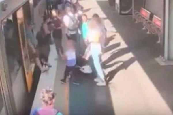 Απίστευτο βίντεο:Έπεσε ανάμεσα σε συρμό και αποβάθρα μπροστά στα μάτια της μητέρας του!