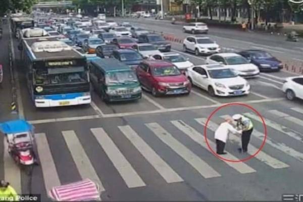 Παππούς με μπαστουνάκι προσπαθεί να περάσει κεντρική λεωφόρο. Προσέξτε τι γίνεται όταν φτάνει στη μέση