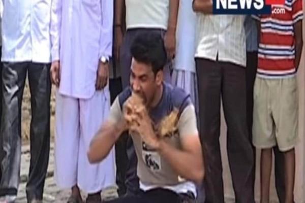 Απίστευτο: Ινδός ξεφλουδίζει καρύδες με τα δόντια του! (Video)