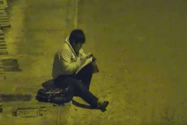 10χρονος διαβάζει στον δρόμο επειδή στο σπίτι δεν έχουν ρεύμα! (Video)