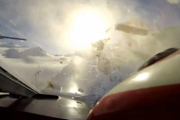 Σοκ: H στιγμή που αεροπλάνο συγκρούεται με ελικόπτερο στις Άλπεις! (Video)