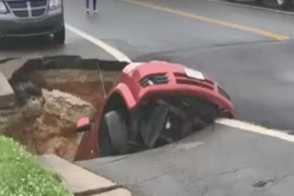 Τεράστια τρύπα σε δρόμο καταπίνει ολόκληρο φορτηγάκι! (Video)