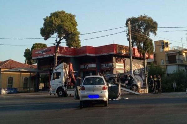 Σοβαρό τροχαίο στη Μεσογείων: Χρειάστηκαν 8 πυροσβέστες για να απεγκλωβίσουν τον οδηγό!