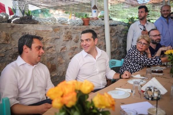 Αλέξης Τσίπρας: Με ούζο στο Λαύριο - Το καθιερωμένο γεύμα με τους δημοσιογράφους πριν τις εκλογές!