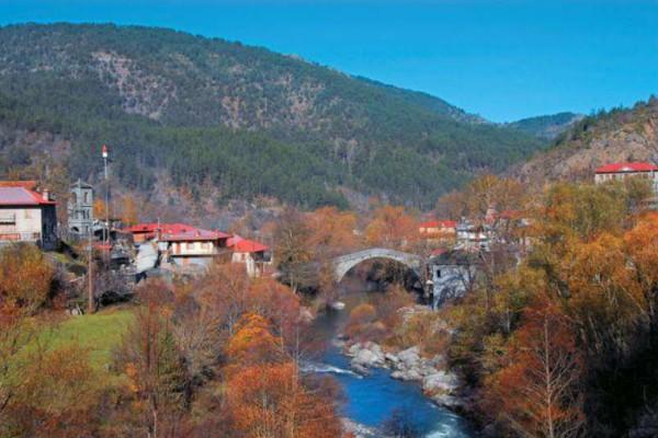 Απίστευτο: Αυτό το ελληνικό χωριό χωρίζεται στα δύο από ένα ποτάμι!