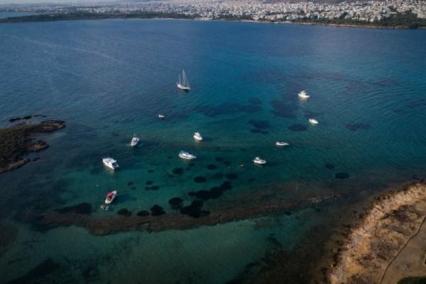 Αυτό είναι το ιδιωτικό νησί της Αττικής που ανήκει σε έναν βιοπαλαιστή!