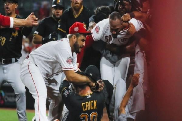 Άγριο ξύλο σε αγώνα μπέιζμπολ στις ΗΠΑ! (Video)