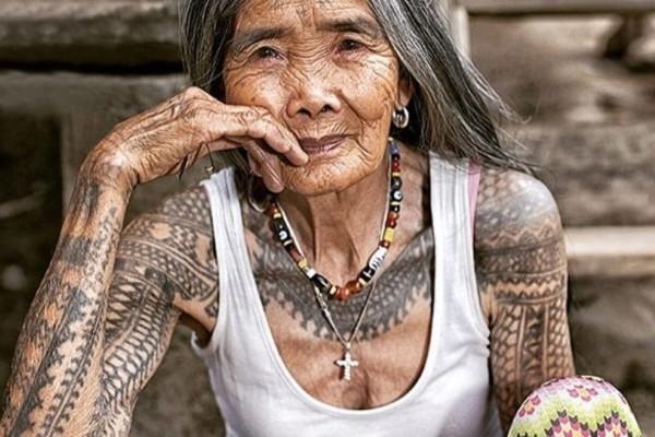 Η 102χρονη tattoo artist των Φιλιππινών! Οι πελάτες της ταξιδεύουν 15 ώρες για να την επισκεφτούν!