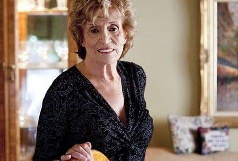 Είναι 83 χρονών αλλά δεν δίστασε να κάνει πλαστική στήθους!