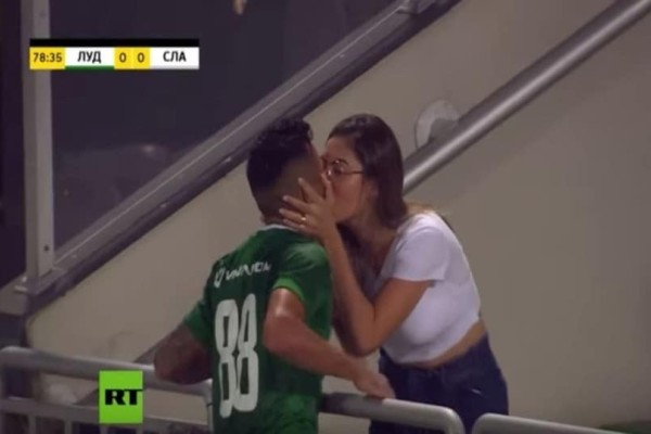 Σκόραρε,πήγε φίλησε τη γυναίκα του και ο διαιτητής δεν είχε μετρήσει το γκολ! (Video)