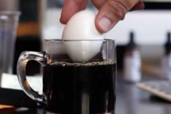 Απίστευτο! Δείτε τι θα συμβεί αν βουτήξετε ένα αυγό σε μία κούπα καφέ! (video)