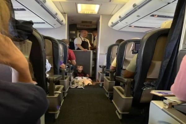 Πλήρωμα και επιβάτες καθησυχάζουν ένα 4χρονο αγόρι με αυτισμό εν ώρα πτήσης!