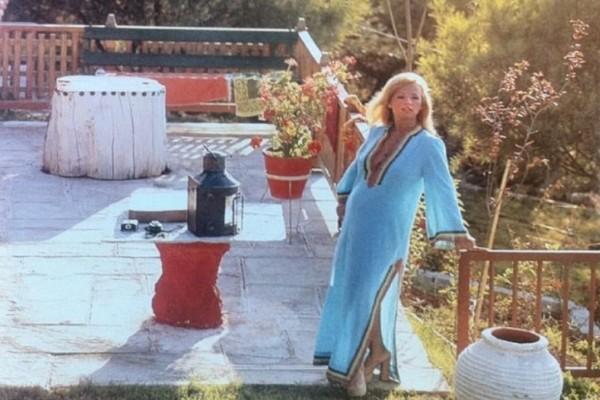 Παράδεισος: Το μαγευτικό σπίτι της Αλίκης Βουγιουκλάκη στον Θεολόγο!